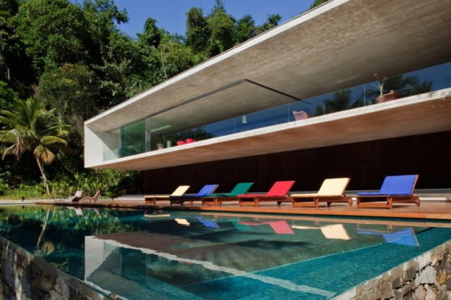 1282831260-07-piscina-com-espreguiaadeiras-1000x666
