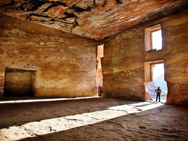 tomb-of-urn-petra-jordan_ Alvaro Leiva