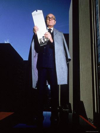 Arquitecto Philip Johnson segura maqueta do Edíficio AT&T (Nova Iorque, 1978-1982)